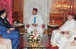 Le roi du Maroc Mohammed VI entouré des premiers ministres marocain et lybien