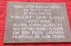 La plaque apposée dans les années 30 sur la façade a été conservée et restaurée.