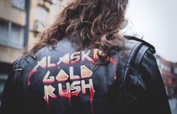 Des chats, de l'amour et des blousons de cuir dans le clip d'Alaska Gold Rush