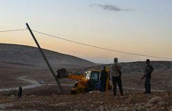 Les pelleteuses ont abattu 70 poteaux électriques alimentant le petit village de Khirbet Al Tawil.