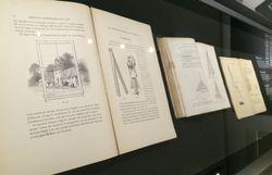 La bibliothèque de la maison de Cuesmes présente des livres qui furent la source d'inspiration de Vincent Van Gogh