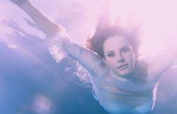 Véritable court métrage avec ballet aquatique pour Lana Del Rey