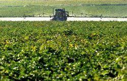 Un agriculteur répand des pesticides dans un champ du nord de la France