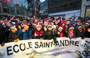 Une centaine de petits lutins viennent chanter Noël à Sara