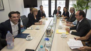 Un Alexis Tsipras apparemment détendu lors de cette rencontre avec Angela Merkel, François Hollande et Jean-Claude Juncker.