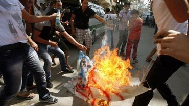 Des Palestiniens brûlent un drapeau américain au Liban