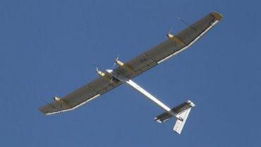 L'avion expérimental solaire suisse Solar Impulse, lors d'un vol au Salon du Bourget, près de Paris, le 26 juin 2011
