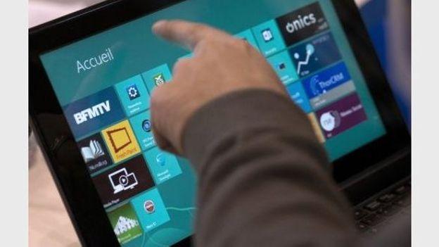 Un homme navigue sur une tablette