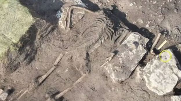 """Des ossements vieux de 1600 ans et """"figés"""" dans une scène de """"massacre violent"""" ont été déterrés à Öland, une île proche des côtes suédoises"""
