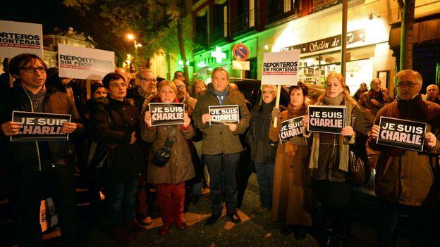 """Des manifestants brandissent des pancartes """"Je suis Charlie"""" à Madrid (Espagne)."""