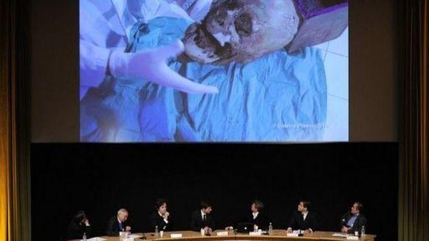 Présentation lors d'une conférence de presse le 16 décembre 2010 à Paris des résultats d'une étude scientifique qui ont permis d'identifier la tête d'Henri IV, assassiné en 1610 par Ravaillac