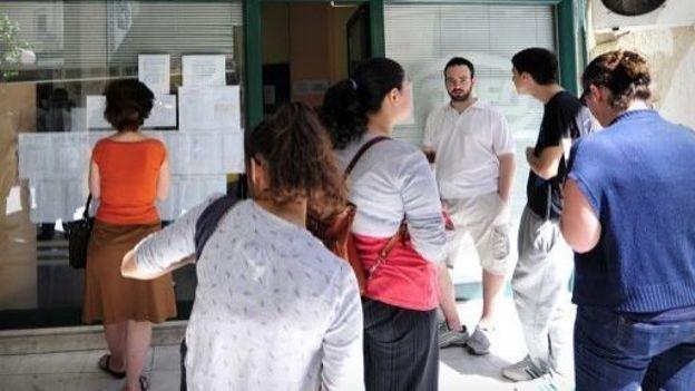 Des Grecs regardent les offres devant une agence pour l'emploi à Athènes, le 22 mai 2012