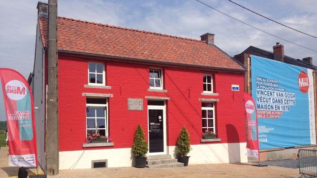La maison et sa façade rouge