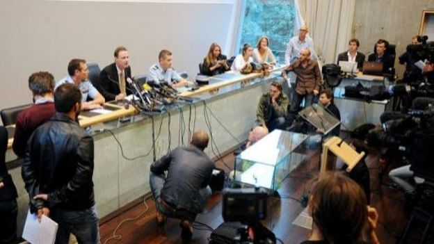 Le procureur d'Annecy Eric Maillaud (4e à g) donne une conférence de presse à Annecy, le 12 septembre 2012