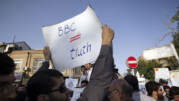 Un étudiant iranien brandit une affiche contre la BBC