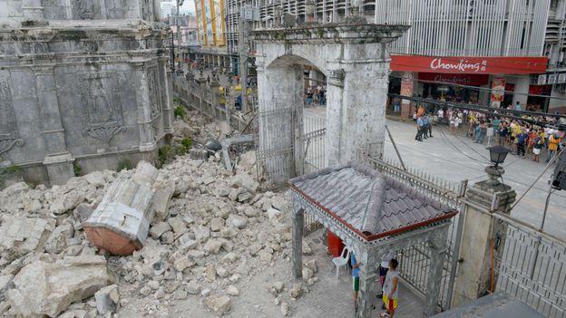 Séisme aux Philippines: le bilan dépasse les 100 morts et pourrait s'alourdir
