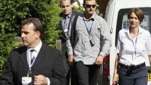 Enquêteurs britanniques et français à la sortie du domicile de la famille al-Hilli le 8 septembre 2012 à Claygate