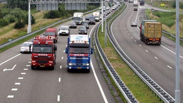 pays bas des camionneurs ne rouleront pas plus de 60 km h sur l 39 autoroute rtbf economie. Black Bedroom Furniture Sets. Home Design Ideas
