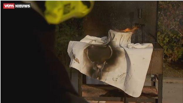 Des pompiers ont testé une couverture anti-feu... qui flambe immédiatement.