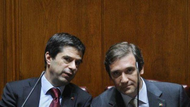 Le Premier ministre portugais Pedro Passos Coelho (d) et son ministre des Finance au Parlement à Lisbonne, le 25 juin 2012