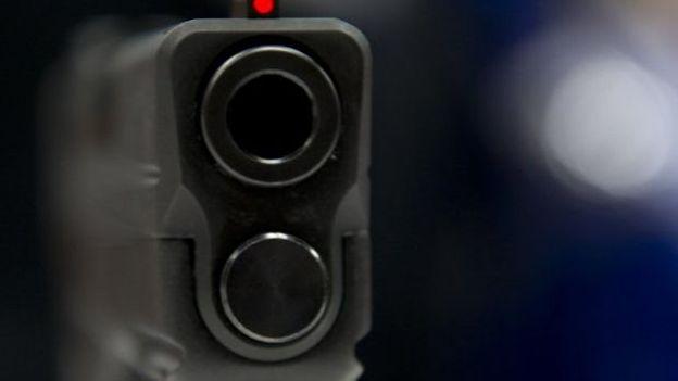 Un pistolet semi-automatique exposé au salon de la National Rifle Association à Indianapolis, le 25 avril