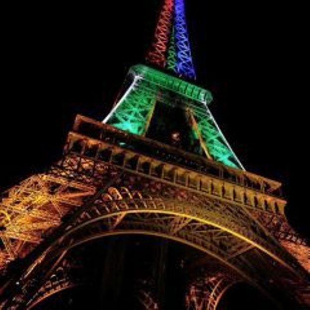 La tour Eiffel rend hommage à l'Afrique du Sud.